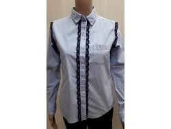 chemise en denim bleu ornée d'une dentelle sur le devant et emmanchures.